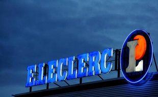 """Le PDG d'E.Leclerc a fait savoir mercredi que l'enseigne de grande distribution allait """"différer"""" dans ses prix à la clientèle la hausse de la TVA au 1er janvier, appelant le gouvernement à ses responsabilités à quelques mois des élections municipales."""