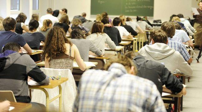 Teacher suspended after stolen nude pics appear online - CNET