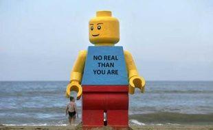 Un personnage Lego de 2,5 m de haut est apparu sur la plage de Zandvoort pendant la nuit. Personne ne sait qui l'a installé là. Pays-Bas, le 7 août 2007.