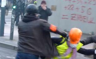 La vidéo virale d'une manifestante frappée au casque à Rennes.