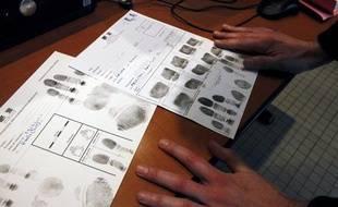 Prise d'empreintes digitales au commissariat de  Police du 19e arrondissement de Paris.