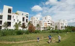 Illustration d'un parc pour enfants devant un ensemble d'immeubles de la région parisienne