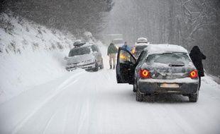 Un véhicule bloqué dans la neige sur la route vers la station des Saisies, en Savoie, le 27 décembre 2014. Météo France a placé en alerte orange «neige-verglas» l'Ain, le Doubs, l'Isère, le Jura, la Savoie et la Haute-Savoie.