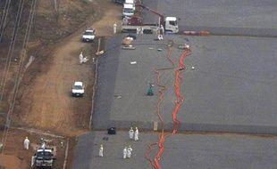 Des ingénieurs de Tepco près des réservoirs de la centrale nucléaire de Fukushima (Japon) qui auraient fui, le 6 avril 2013.