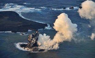 La nouvelle île apparue à mille kilomètres de Tokyo, dans l'océan Pacifique, le 20 novembre 2013.