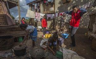 La Croix-Rouge est présente à Madagascar pour alerter la population sur l'épidémie de peste.