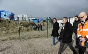 Xavier Bertrand lors d'une visite du camp d'accueil pour les migrants Jules Ferry à Calais, en février 2016.
