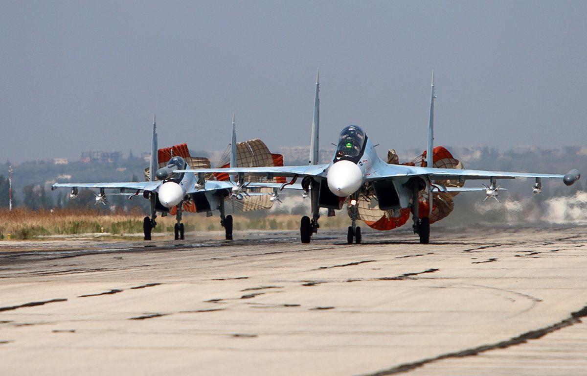 Lattaquié (Syrie), le 3 octobre 2015. Des chasseurs russes de type Sukhoi atterrissent sur la base de Hmeimim. – ALEXANDER KOTS / KOMSOMOLSKAYA PRAVDA / AFP