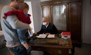 Un médecin de famille porte un masque lors d'une consultation dans le Morbihan.