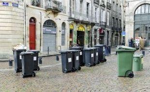 Des bacs abandonnés par leurs propriétaires place Saint-Pierre, hier midi.