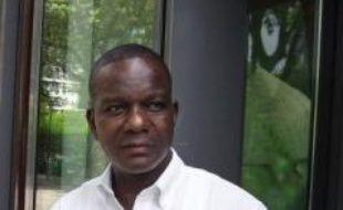 Un agent de sécurité d'un supermarché aux portes de Paris a porté plainte contre un fonctionnaire du ministère de l'Immigration pour de graves insultes racistes, une accusation que l'intéressé a vigoureusement démentie vendredi en invoquant des témoignages en sa faveur.