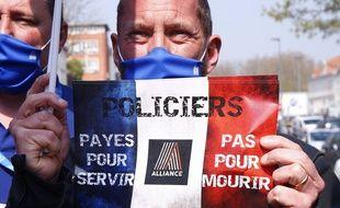 Les policiers ont manifesté en France le mardi 20 avril afin de dénoncer le verdict du procès jugé trop peu sévère à l'encontre de  plusieurs hommes ayant attaqué et brûlé des policiers à Viry-Châtillon en 2016.