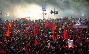 Des milliers d'ouvriers ont manifesté samedi 21 septembre 2013 pour exiger un salaire de 100 dollars par mois au Bangladesh.