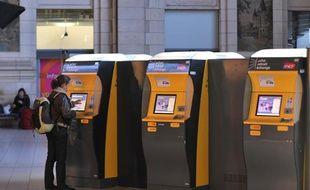 Une voyageuse achète un billet SNCF en gare de Saint-Pierre-des-Corps.