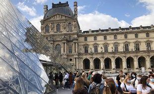 Des touristes au musée du Louvre, à Paris, le 6 juillet 2020.