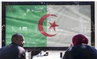 Le drapeau algérien sur un arrêt de bus à Alger.
