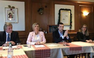 Hombeline du Parc, tête de liste RN aux municipales à Strasbourg, entourée de Jean-Luc Bader, Jordan Bardella et Virginie Joron.