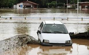 Une voiture échouée dans la rivière La Joyeuse à Saint-Palais (sud-ouest), le 4 juillet 2014 après les fortes pluies qui se sont abattues dans le sud de la France
