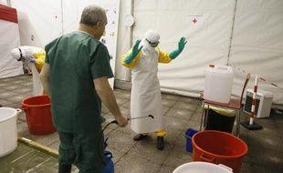Des volontaires de la Croix-Rouge s'entraînent avant de partir en Guinée soigner les victimes d'Ebola