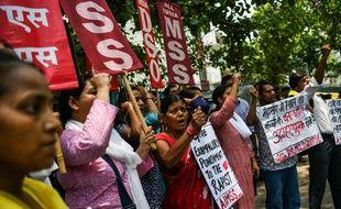 En Inde, des centaines de manifestants protestent contre le viol d'une enfant de huit ans, le 30 juin 2018.