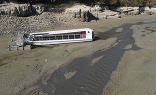 Un bateau touristique coincé dans le lit du Doubs fortement touché par la sécheresse de cette année 2018 en Franche-Comté.