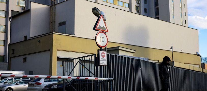Un agent de sécurité patrouille à l'extérieur d'un bâtiment qui abrite le bureau d'information de l'OTAN à Moscou, que la Russie a annoncé qu'elle allait fermer.