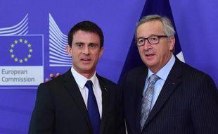 Le Premier ministre français Manuel Valls accueilli par le président de la Commission européenne Jean-Claude Juncker, le 18 mars 2015 à Bruxelles