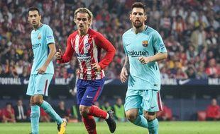 Antoine Griezmann aux côtés de Leo Messi lors d'Atletico Madrid-Barcelone, le 14 octobre 2017.