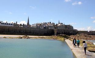 Les remparts de Saint-Malo vus depuis la plage.