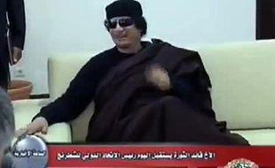 Images de la télévision libyenne diffusées le 13 juin 2011 montrant le colonnel Mouammar Kadhafi en train de rencontrer le joueur d'échecs russe Kirsan Ilyumzhinov à Tripoli, le 12 juin 2011.