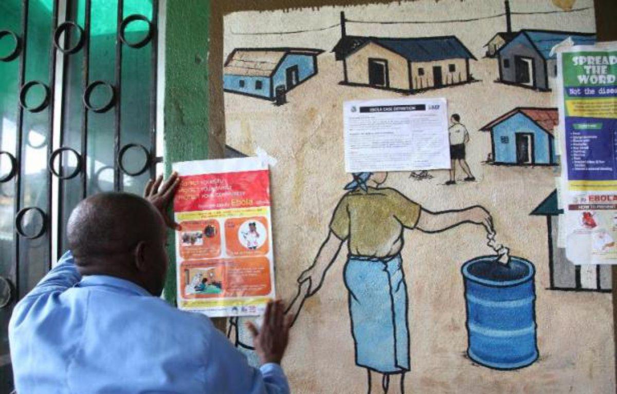 Au Liberia, un infirmier lit les recommandations concernant les précautions à prendre pour lutter contre le virus Ebola, le 30 juillet 2014 – - AFP