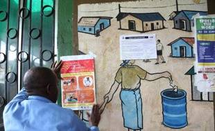 Au Liberia, un infirmier lit les recommandations concernant les précautions à prendre pour lutter contre le virus Ebola, le 30 juillet 2014
