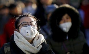 Une habitante de Pékin portant un masque de protection contre la pollution le 15 décembre 2016.