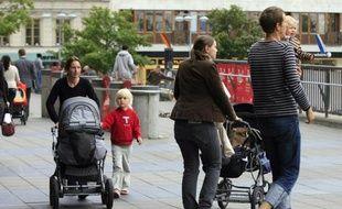 Dans un parc du centre de Stockholm, un oeil attentif posé sur sa fille Alma endormie dans sa poussette, Anders Weide, la trentaine, attend sur un banc un ami parti changer son fils.