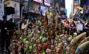 Des objets en ivoire destinés à la destruction sur Time Square en plein coeur de New York, le 19 juin 2015