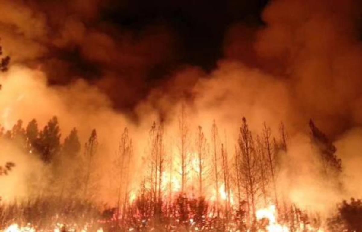 Les pompiers qui tentaient de contenir le mur de flammes illuminant le ciel de Californie dans la nuit de lundi à mardi mardi ont fait état de progrès dans la lutte contre l'incendie qui fait rage depuis 10 jours, près du parc de Yosemite –  US Forest Service
