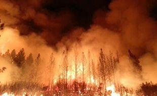 Les pompiers qui tentaient de contenir le mur de flammes illuminant le ciel de Californie dans la nuit de lundi à mardi mardi ont fait état de progrès dans la lutte contre l'incendie qui fait rage depuis 10 jours, près du parc de Yosemite