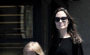 L'actrice Angelina Jolie et sa fille Vivienne dans les rues de Los Angeles