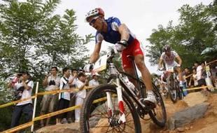 La Français Julien Absalon, médaille d'or olympique en VTT le 23 août 2008 lors de la finale.