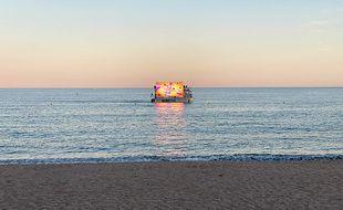 Le bateau de Boatcom évolue à 300m du rivage