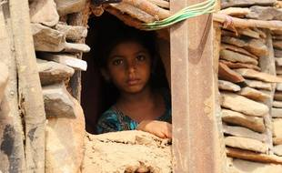 Un enfant regarde un camp de déplacés dans le district de Haradh, au Yémen, le 3 mars 2020.