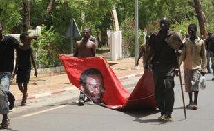 Le président malien par intérim Dioncounda Traoré a pris mardi les rênes de la transition dans un pays profondément divisé, au lendemain de son agression par des manifestants opposés à son maintien au pouvoir qui risque de compliquer la tâche immense qui l'attend.