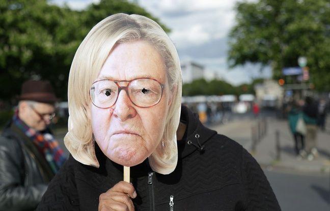 Un masque mixant le visage de Jean-Marie Le Pen et la chevelure de sa fille, lors d'une manifestation anti-FN le 1er mai à Paris.
