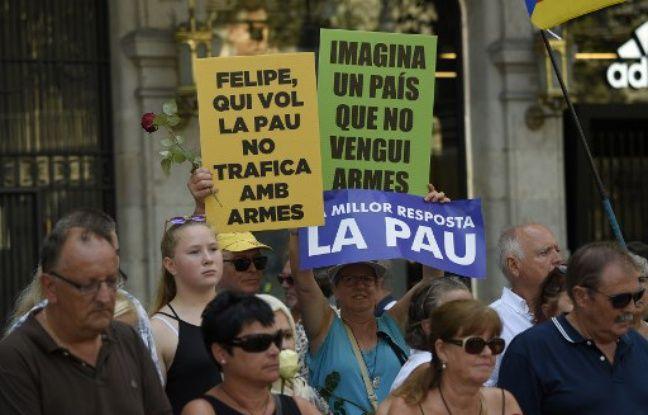 Des manifestants brandissent des pancartes indiquant en catalan: