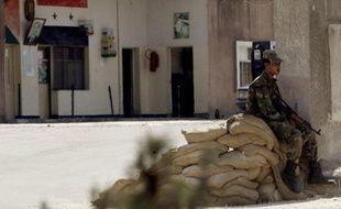 Postes de contrôle tous les 300 mètres, murs de sacs de sables, tirs, déploiement de blindés: les villes de Harasta, Douma et Saqba, à moins de 15 km au nord-est de la capitale syrienne, sont en état de siège.