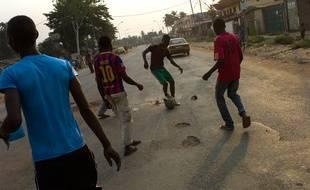 Des jeunes jouent au football en Centrafrique le 22 février 2014.