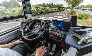 Le « safety driver » laisse le bus se diriger seul, il n'est là qu'en cas d'urgence