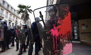 Les policiers et CRS ont reçu des bombes de peinture lors de la manifestation, à Montpellier le 14 avril 2018.