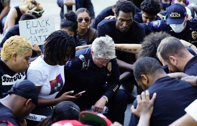 Des policiers s'agenouillent avec les manifestants dans le Colorado, le 2 juin 2020 .