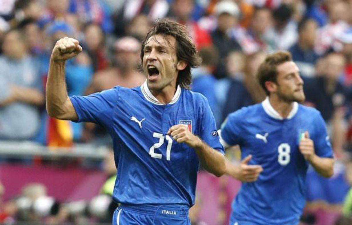 Le joueur italien Andrea Pirlo (à g.) lors du match nul de l'Italie avec la Croatie, le 14 juin 2012. – C.Gentile/REUTERS